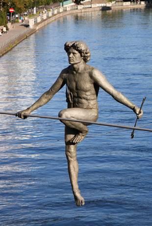 Rzeźba przechodzącego nad rzeką w Bydgoszczy