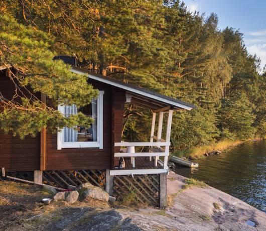 domek fiński nad jeziorem
