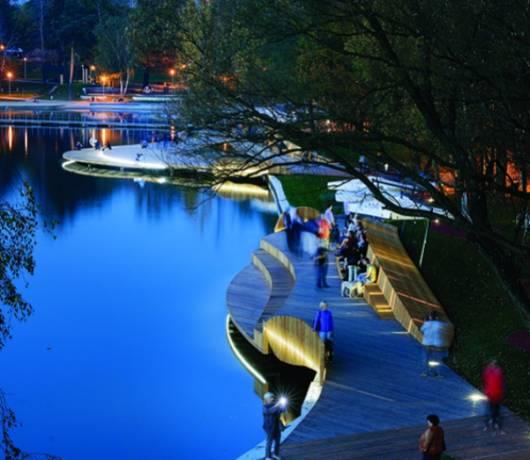 Od lewej: Falujące nabrzeże Jeziora Paprocańskiego w Tychach i katowicka dzielnica Nikiszowiec, która przenosi na górniczy Śląsk sprzed lat
