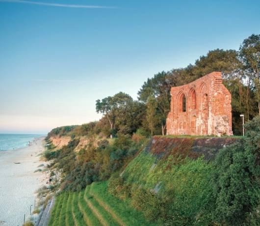 Trzesacz: kładka na plażę i ruiny kościoła
