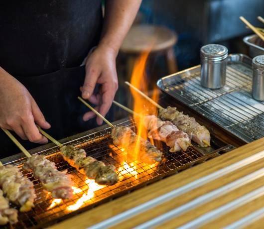 Grillowany szaszłyk yakitori i japoński ramen