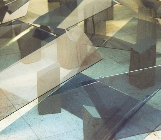 Od lewej: Apres passe-par-tout 2004, instalacja anamorficzna, Miejsce rezerwowane w Mandorlii 1973-74, fot. materiały prasowe Mazowieckiego Centrum Sztuki Współczesnej Elektrownia w Radomiu