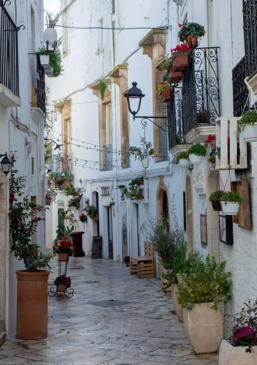 Ulice Locorotondo wiją się wokół wzgórza.