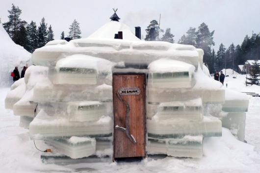 Po gorącej saunie najlepiej schłodzić ciało i umysł w lodowatym przeręblu lub na śniegu.
