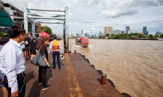 Rzeka Chao Phraya, w tle świątynia Wat Arun