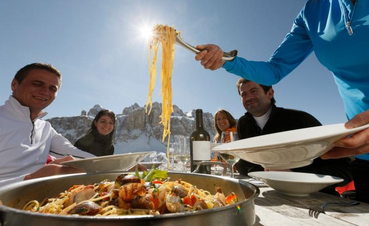 Od lewej: jedzenie na stoku we Włoszech i w Austrii (fot. mat. prasowe Sudtirol, ©Tirol Werbung / Jarisch Manfred)