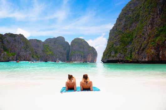 Od lewej: idealna wizja zatoki Maya Bay i... rzeczywistość; fot. Shutterstock