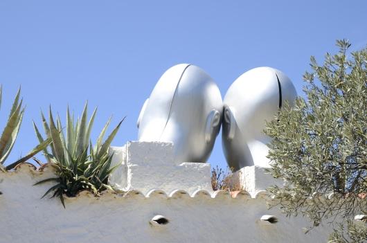 Od góry: miasteczko Cadaques i widok na nie przez metalową ramkę w stylu Dalego. Niżej: letni dom artysty w Portlligat.