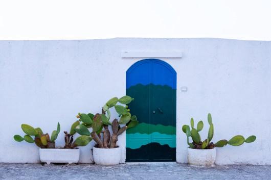Malownicze ulice Ostuni toną w bieli i... błękicie.