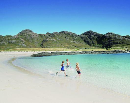od lewej: Plaże zatoki Sanna Bay przypominające te na południu Europy i miasteczko Tarbert, które słynie z kolorowych domków i świetnych restauracji z owocami morza.