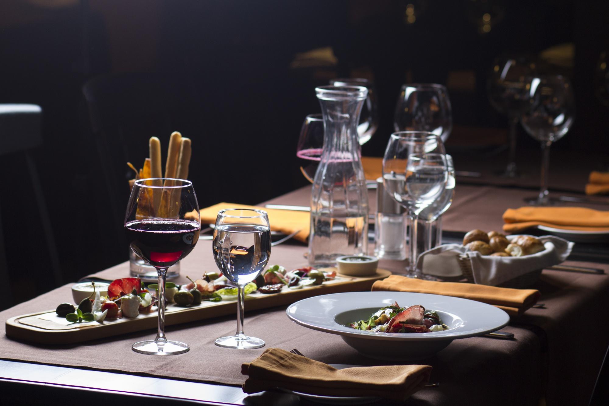Kolacja w ciemności –  jak smakuje jedzenie, kiedy go nie widzisz?